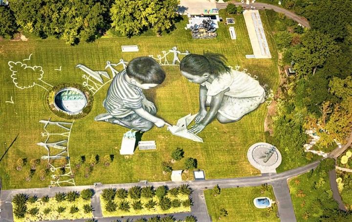 藝術家Saype創作的巨型壁畫代表著和平與青年的參與。(圖:聯合國新聞網)