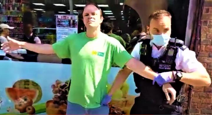 傳教士瑞安·希亞沃街頭傳道被警察搜身,並要接受精神評估。(圖:視頻擷圖)