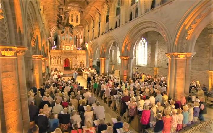 Songs of Praise節目播出信徒在教堂和唱詩歌。(圖:視頻擷圖)