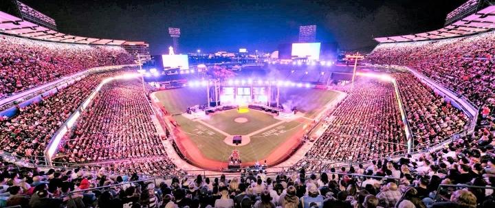安那罕天使球場大型佈道會,6,000人決志信主。 (圖:Greg Laurie Twitter)