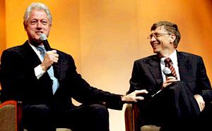 克林頓與微軟主席比爾‧盖茨一起登上大會的講台,談論世界健康問題與人道主義精神。﹙圖:時代週刊﹚ <br/>