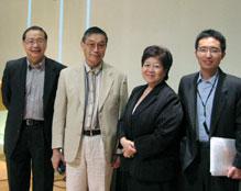 錢錕博士 (左二)上週末於數個聚會中,為香港信徒講解進化論的課題。(圖:基督新報) <br/>