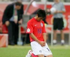 李榮灼在比賽結束後,立刻跪在球場上禱告。(圖:美聯社) <br/>