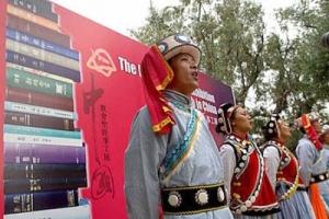僳族用自己民族音樂、語言和表演形式來唱聖歌,讓觀眾留下深刻的印象 。 (圖:中新網) <br/>