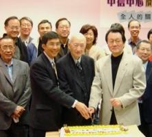 溫哥華中信中心過了服事社會超過5年,江錦培牧師(前左一)見證中信中心是實踐著「身傳先於口傳,看見先於聽見」的城市宣教使命。 <br/>