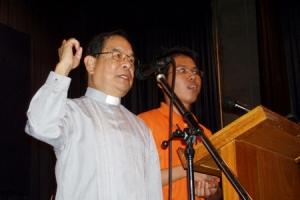李炳光牧師感到當地的人對真理的渴慕,他表示參加者都很留聆聽訊息。(圖:ICC) <br/>
