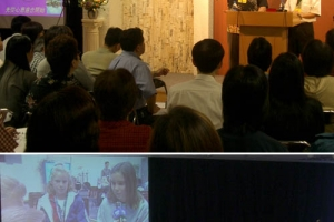 上: Pastor Timothy有牧養恩賜,與Pastor Lance是成為美好同工。下: 參加者聚精會神地觀賞馬鞍峰教會攝錄的教會生活片段。﹙圖:基督新報/Chris Chan) <br/>
