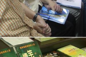 上: 惠特牧師讓在座牧者手拉手同心禱告。下: 《標竿人生》一書為全球教會帶來極大回響。﹙圖:基督新報/Chris Chan) <br/>