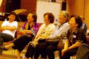 李牧師講出他的成長故事,還有事奉和愛情經歷,同時期長大的聽眾不時感到有共鳴而笑起來。(圖:基督新報/Carol U) <br/>