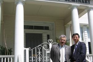 6月15日恩福總幹事徐武豪與多倫多浸信會神學研究院院長簽署協議書。(圖:恩福) <br/>