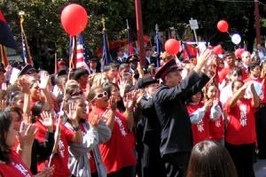 救世軍遊行隊伍由華埠堂遊行至花園角角廣場,聲勢浩大。花園角廣場的佈道會上,救世軍成員唱歌與圍觀途人一同分享信仰的喜樂。 <br/>
