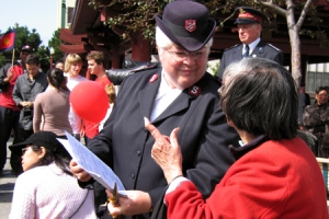 救世軍遊行隊伍帶領大家一同唱聖詩,不分國籍不分膚色和年齡的人一起唱頌,場面親切感人。救世軍軍人與華人熱情和親切談話的場面不時可見。(圖:本報記者) <br/>