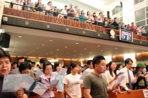聽衆被信息所鼓舞,頌唱詩歌「萬世戰爭」,歌聲洪亮,氣氛高昂。(圖:基督新報/ Carol U)  <br/>