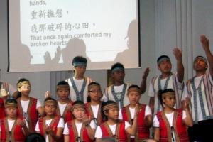 台灣原住兒合唱團以天賴之聲演繹出多首世界名曲、聖樂及台灣原住民歌曲,並以生命見證神,讓每場聚會都充滿恩典,台上台下都一同灑瓷C <br/>
