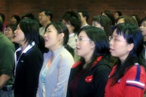 共享詩歌西伯帶領10多名共享詩歌團員來溫哥華分享音樂,吸引衆多信徒來臨。(圖:加拿大福音證主協會) <br/>