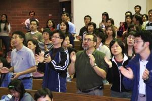 2006 基督教聯合書展多個特備節目讓參加者滿載而歸,他們在共享詩歌主領的音樂會上盡情歌唱讚頌主。 <br/>