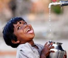 宣明會在许多地區通過鑽水井、裝抽水系統和安設管道等方法,給當地人帶來源源不斷地安全食水。獲得清潔食水的兒童臉上綻放出喜樂的笑容。(圖:加拿大宣明會) <br/>