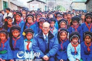 2005年底,李嘉诚到贵州考察扶贫时与山区小学生合影。(圖:金羊網) <br/>