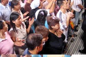 衆多人來到台前呼求神。(圖:基督新報/Chris Chan) <br/>