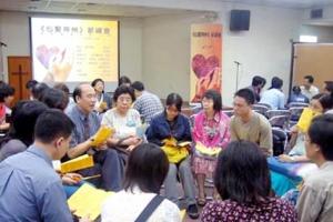 遠東廣播首次季度祈禱會,大家分組為中國的教會復興、社會風氣、洪澇災害禱告。(圖:基督新報/Carol U) <br/>