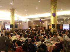 當晚到場參加聚會的人數超過400人。 <br/>