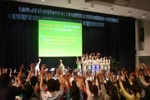 大會舉手讚美耶和華,洋溢著喜悅的氣氛。 <br/>