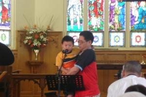 一位小朋友也上臺背誦了主禱文。(圖:本報記者) <br/>