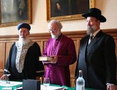 坎伯雷特大主教Rowan Williams(中)與兩位猶太教拉比Shlomo Amar及Yonah Metzger簽署聯合聲明,雙方同意保持日後持續的對話。 (圖:ACNS) <br/>