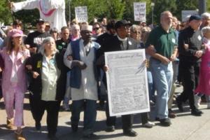 當天的靜坐抗議者超過了500人,其中包括了美國釵h教會的領袖以及信徒。 <br/>