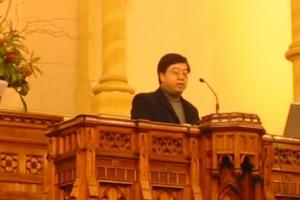 悉尼中央浸信會主任牧師謝友德為大會禱告。 (圖為本報記者) <br/>