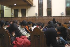 年輕人低頭禱告,渴望神會回答他們心中的問題。 <br/>