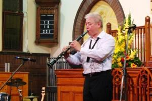 蕭老師深情的演奏起父親遺留下來的單簧管。(圖/本報記者) <br/>