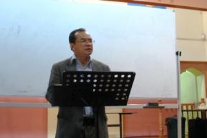 資深的劉博士是天道聖經注釋《申命記》的作者,當晚研讀的是從12章開始的經文,中心是舊約律法的研讀。(圖/本報記者) <br/>