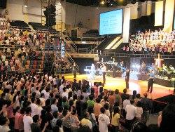 舞台上放著主打專輯之一《寶貴十架》的象徵--十字架,希望每個人都得著耶穌基督的救恩。 <br/>