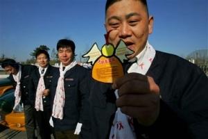 北京市超過五千位的士司機將會開始向乘客派發天使形狀的宣傳卡,上面印有有關預防及治療愛滋病的資訊。(圖:美聯社/ Elizabeth Dalziel) <br/>