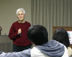陳志傑在基督工人神學院分享靜拜真諦「敬拜的意義是聖樂人員要活出主的榮美,用生命來讚美主,絕非嘴巴和音樂的表演。」(圖:jnX) <br/>