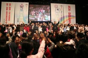 見證講道和分享,感動在場衆多觀衆,他們紛紛走上台前和台上表示願意相信主耶穌,場面感人並令人振奮。(圖:基督新報/ 于嘉豪) <br/>