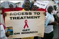 資料圖片:一位辛巴威婦女在世界愛滋病日向政府請願,幫助她們得到愛滋病的治療。(圖:新法社) <br/>