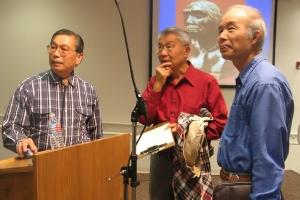資深華人基督徒科學家錢錕博士(左)及Cupertino基督徒會堂林長老(右)與一位弟兄在「中國古老化石挑戰達爾文」講座之後一起討論。(圖:基督新報) <br/>