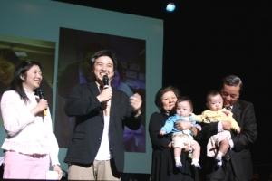 蔡元雲醫生、蔡暉明父子手抱兩個可愛的BB上場,幸福非常。(圖:基督日報/ 于嘉豪) <br/>